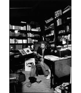 Serge Gainsbourg dans sa bibliothèque par Tony Frank